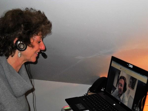Voici Carol, notre responsable pédagogique. Cette photo fut prise lors d'un cours Skype : ces cours sont disponibles pour faciliter l'apprentissage des personnes très occupées, en occultant les trajets et donc en minimisant les éléments de stress!